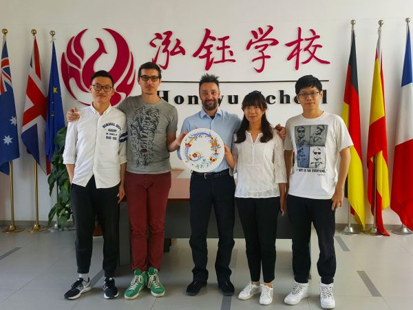 Hongyu school Beijing, un'opera in porcellana maiolicata per la sede di Pechino